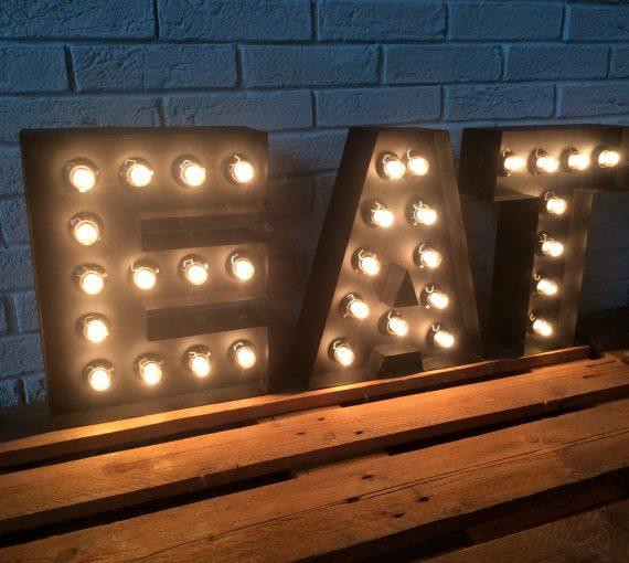 Металлические буквы с лампочками